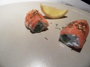 Petits roulés aux asperges vertes et au saumon façon makis